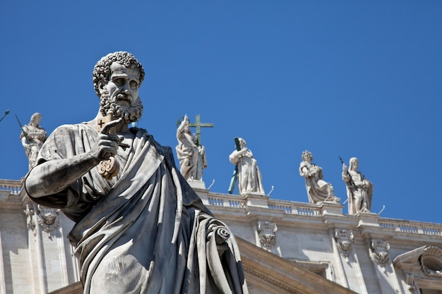 Statua di san pietro in piazza san pietro (roma, italia) con sfondo azzurro del cielo