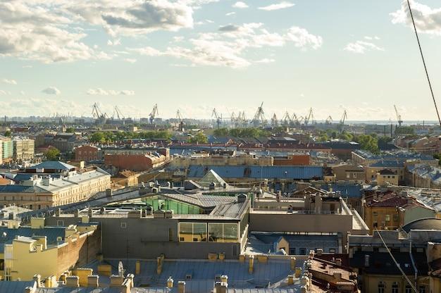 Il panorama aereo di san pietroburgo con le vecchie strade e gli edifici storici è visibile dall'alto