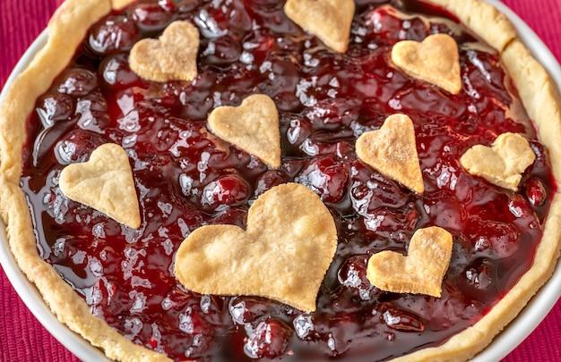 Primo piano crostata di marmellata di ciliegie di san valentino