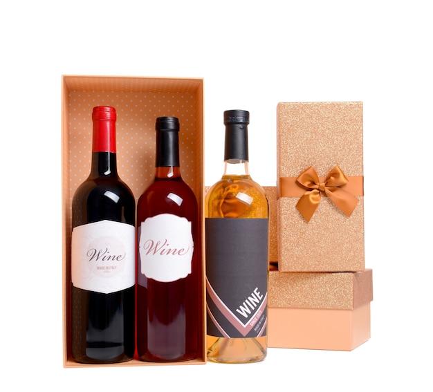 Concetto di san valentino. bottiglie di vino e contenitori di regalo isolati su bianco
