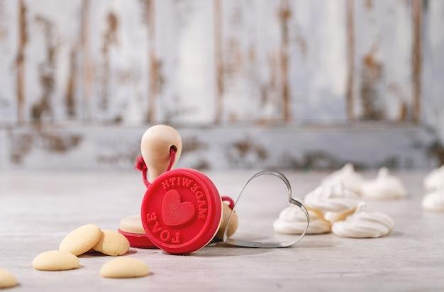 Timbro di san valentino per biscotti con pavlov su sfondo in legno luminoso