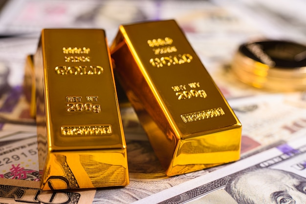 Il valore stabile dell'oro contro la volatilità delle criptovalute, sfocato sullo sfondo.