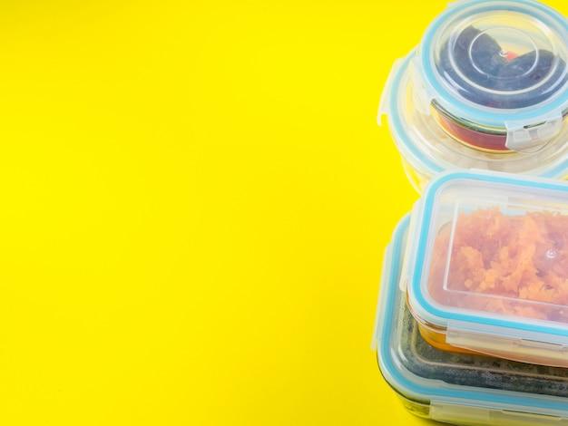Pila di contenitori ermetici di vetro con cibi cotti
