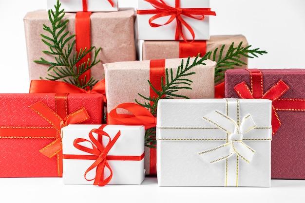 Pila di bellissime confezioni regalo su uno sfondo bianco. festive anno nuovo concetto.