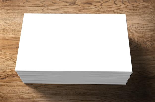 Pila di biglietti da visita in bianco su fondo di legno Foto Premium