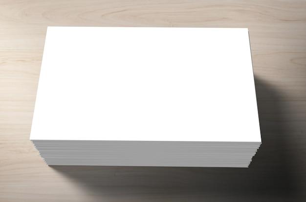 Pila di biglietti da visita in bianco su fondo di legno