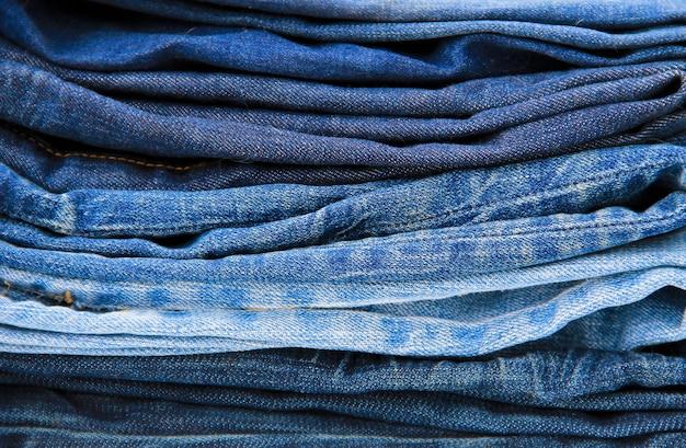 Pila del primo piano dei jeans blu