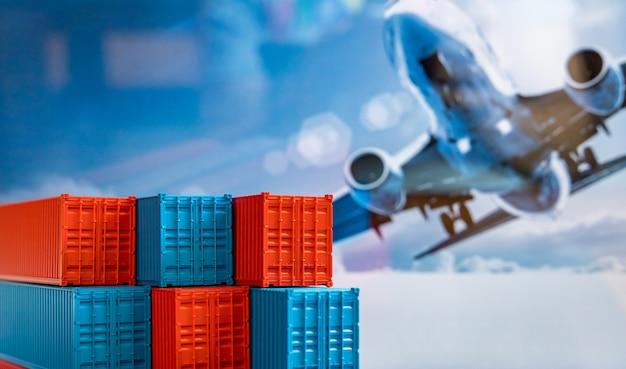 Pila di scatole di contenitori blu e rossi, nave da carico per logistica di importazione esportazione, set di contenitori di carico di spedizione, consegna di spedizioni aziendali e logistica nave da carico per container aziendali globali.
