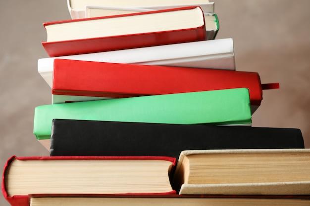 Pila di libri contro fondo marrone, fine su