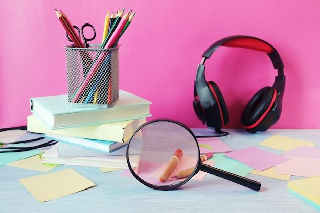 Pila di libri apple cuffie matite e carta su un tavolo di legno torna a scuola