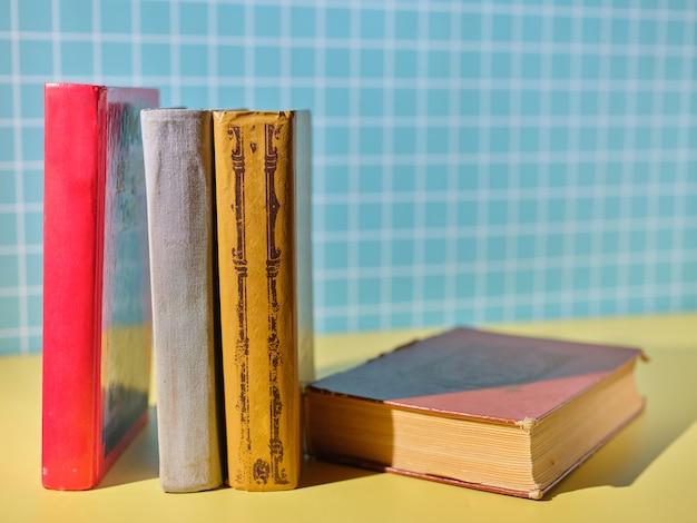 Pila di libri sullo scaffale