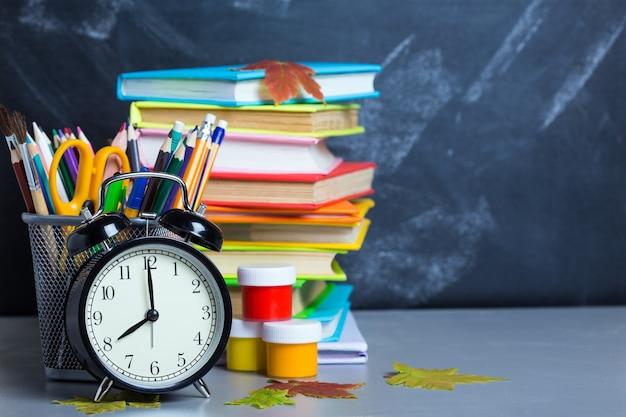 Pila di libri su una scrivania per il ritorno a scuola