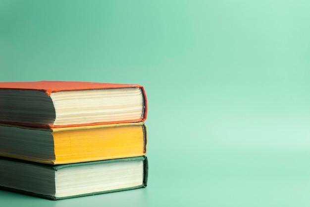 Pila di libri su uno sfondo verde