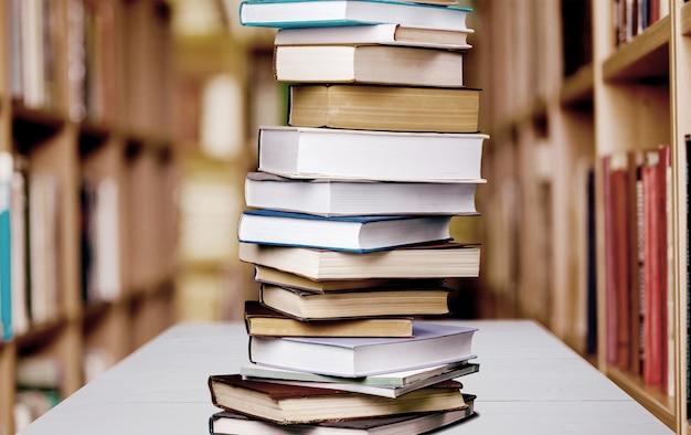 Pila di libri isolato su sfondo.