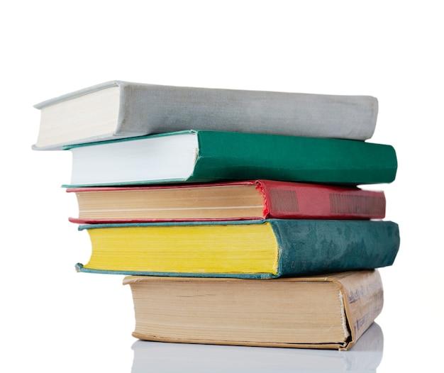Pila di libri isolata