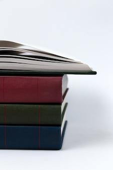 Una pila di libri che giace su bianco