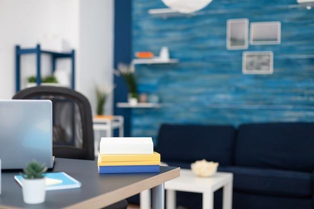 Pila di libri su mobili moderni in ufficio vuoto