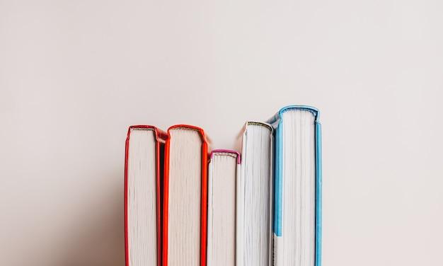 Una pila di libri su sfondo bianco. mock up con educazione e concetto di lettura. letteratura per l'apprendimento, lo sviluppo e la gioia
