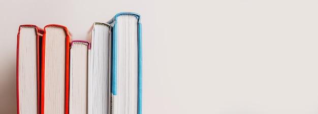 Una pila di libri sulla superficie bianca Foto Premium