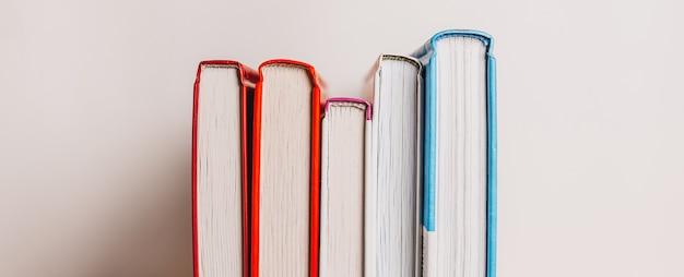 Una pila di libri su bianco