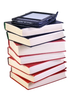 Pila di libri con libro elettronico su di esso, isolato su sfondo bianco