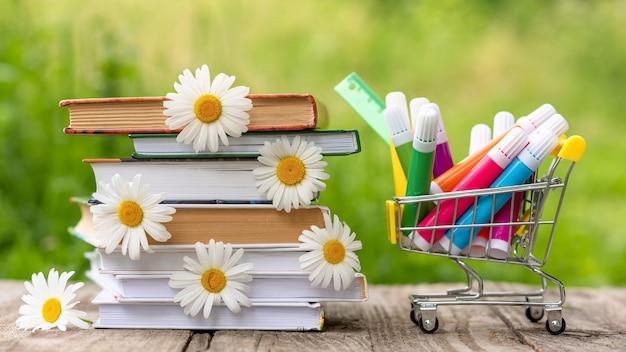 Una pila di libri con pennarelli all'aria aperta.