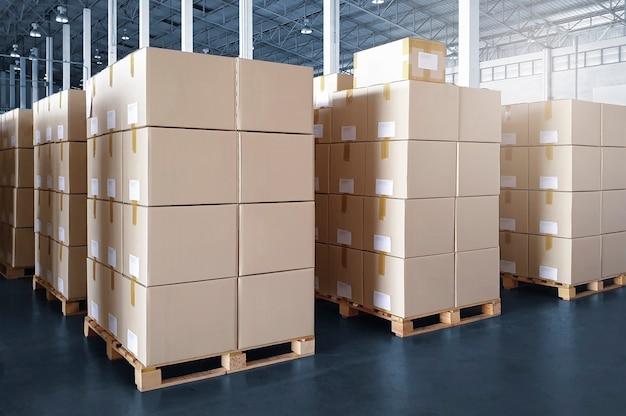 Pila di scatole di cartone su pallet di legno in magazzino