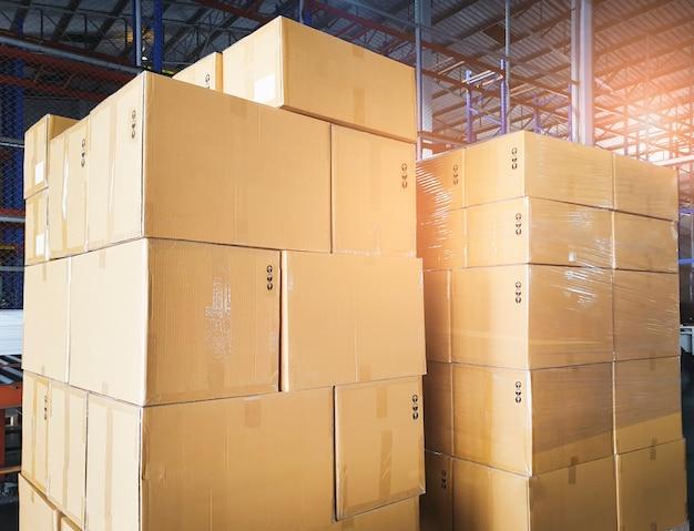 Pila di scatole di cartone in magazzino. magazzinaggio, spedizione, esportazione di merci.