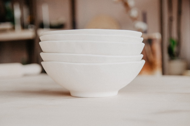 Pila di piatti in ceramica