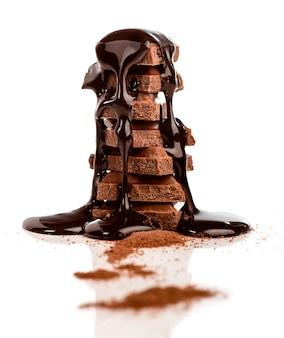 Pila di cioccolatini ricoperti di sciroppo di cioccolato
