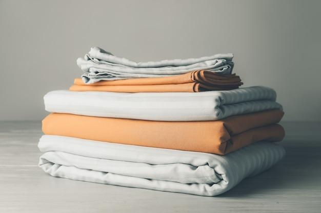 Pila di lenzuola pulite sul tavolo