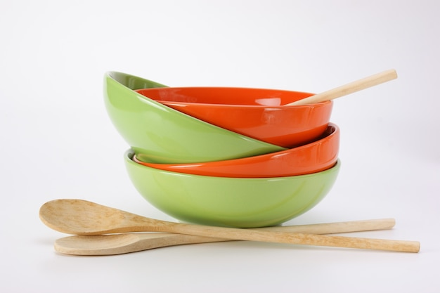 Pila di piatti vuoti puliti e cucchiai di legno