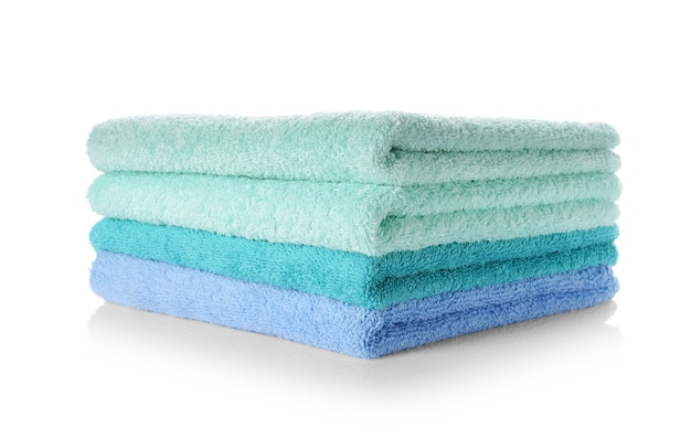 Pila di asciugamani puliti morbidi su sfondo bianco