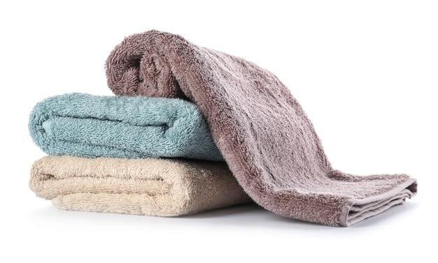 Pila di asciugamani puliti su sfondo bianco