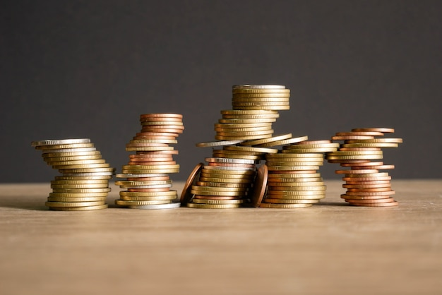 Pila monete concetto risparmiare denaro. monete su sfondo nero