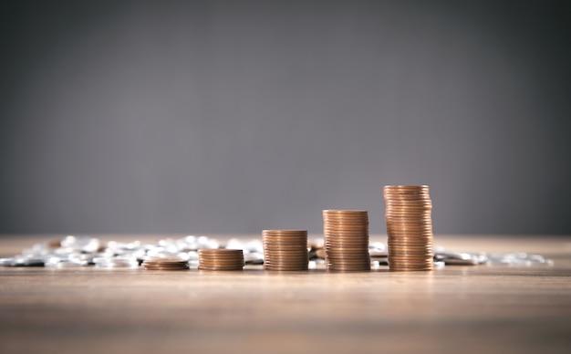 Pila di monete sul tavolo. attività commerciale. finanza