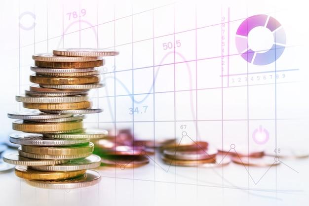 Pila di monete su sfondo bianco con posto per il concetto di testo risparmio finanza aziendale crescita del reddito