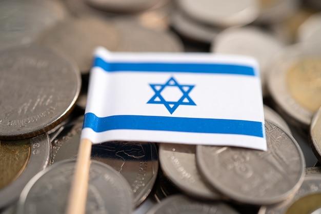 Pila di monete con bandiera di israele, concetto di finanza.