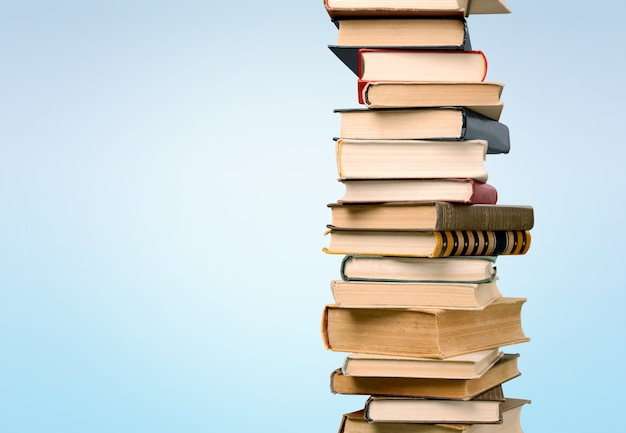 Pila di libri colorati su sfondo