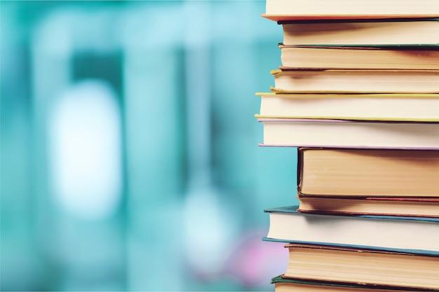 Pila di libri colorati su sfondo sfocato