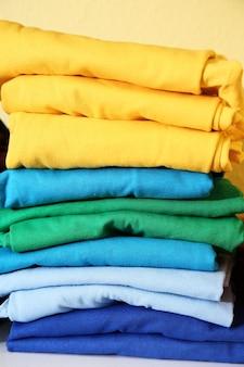 Pila di magliette colorate preparate per la stampa, primo piano