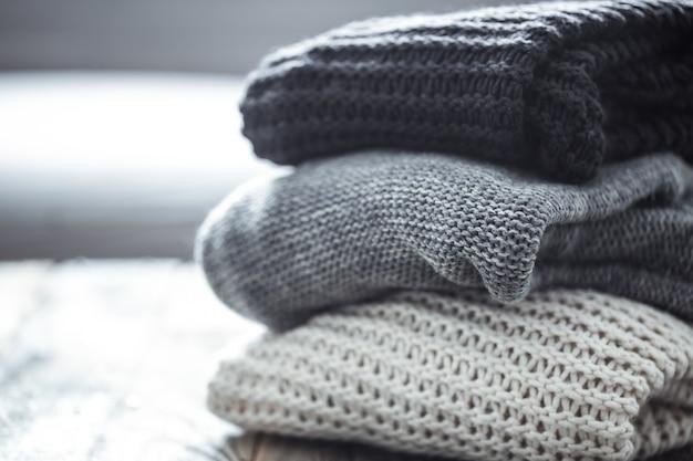 Pila di maglioni lavorati a maglia accoglienti