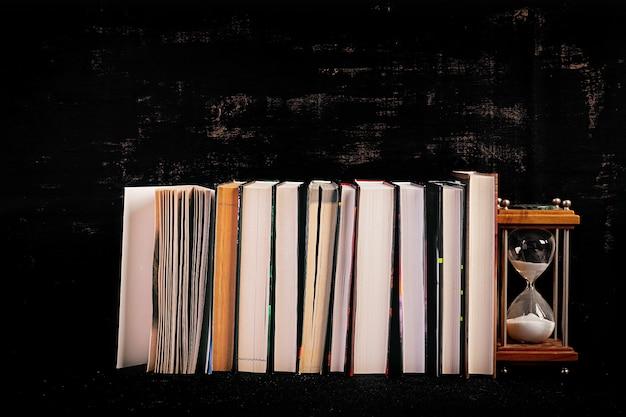 Pila di libri diversi. concetto di conoscenza.