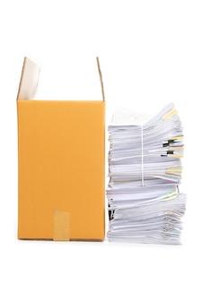 Pila di documenti e scatola di cartone ondulato isolato su sfondo bianco.
