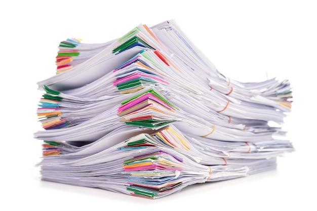 Pila di documenti isolati su sfondo bianco