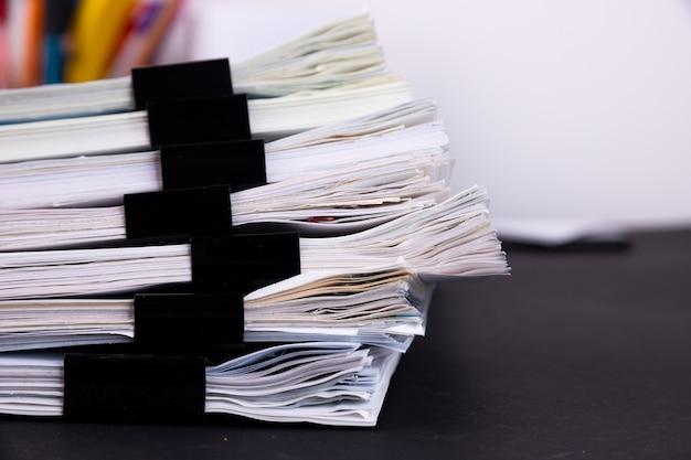 Pila di documenti sulla scrivania in ufficio