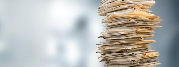 Impila cartelle di file con documenti sulla scrivania