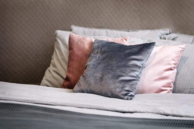 Pila di cuscini decorativi piegati sul letto