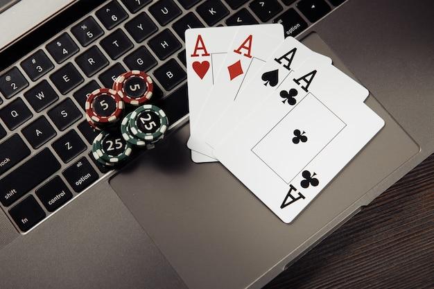 Pila di gettoni da gioco e carte da gioco sulla tastiera