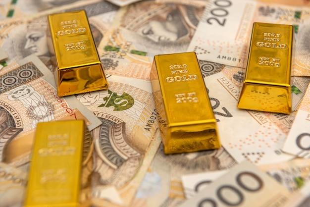 Pila di lingotti d'oro di banconote in zloty. pln ricchezza